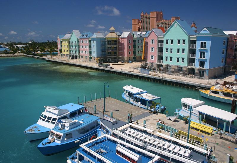 Нассау, Багамские острова Остров славится живописными пейзажами, песчаными пляжами и кристально чистой водой. На территории острова сохранилось множество фортов, в том числе самая большая крепость на Багамах — Форт Шарлотты, построенный в 1788 году. Всевозможных баров, ресторанов и спортивных комплексов здесь и вовсе не счесть. А на острове Парадайз, у самого побережья Нассау, располагается крупнейшее казино Багамских островов — «Атлантис».
