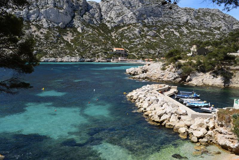 Каланк де Сормиу, Франция Бухта закрыта горами, что предоставляет туристам возможность наслаждаться живописной природой, пляжами и вдоволь нырять в чистейшей воде, меняющей свой цвет от бирюзового до темно-синего.