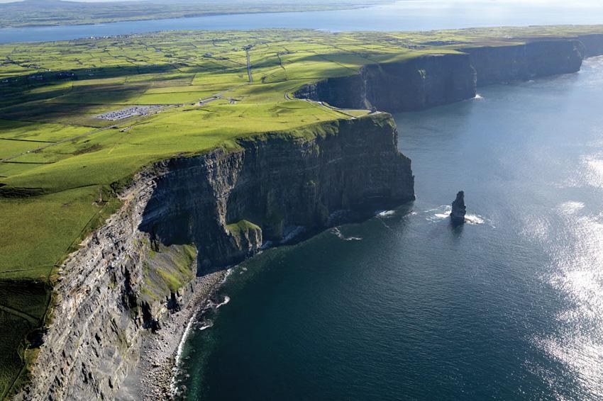 Утесы Мохер, Ирландия Прибрежные утесы, омываемые водами Атлантического океана, растянулись вдоль побережья на 8 км. На разных участках высота скал варьируется от 120 до 214 метров. Считается, что сформировались утесы более 300 млн. лет назад. С этих «каменных великанов» открывается действительно потрясающий вид, полюбоваться на который приезжает ежегодно свыше 1 миллиона туристов.