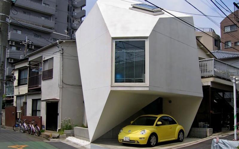 Грани Токио — не самый удачный город для тех, кто хоть немного любит личное пространство. Дороговизна жилплощади здесь привела к тому, что людям приходится целыми семьями ютиться в крошечных квартирах. Архитектор Юширо Ямасита создал дом, решающий проблему площади. Грамотная планировка и геометрическая разбивка стен позволили разместить на минимальной площади все необходимое, включая навес для небольшого автомобиля.