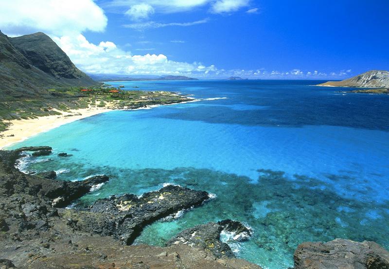 Оаху, Гавайи Третий по величине среди Гавайских островов, Оаху располагает 3 подводными парками и километрами белоснежных пляжей. С наступлением темноты можно с головой погрузиться в ночную жизнь Гонолулу, а днем окунуться в мир удивительной природы. Помимо всего прочего, это рай для серферов, кайтеров и видсерферов, и одно из немногих мест в мире, где можно увидеть волны высотой с 5-этажный дом.