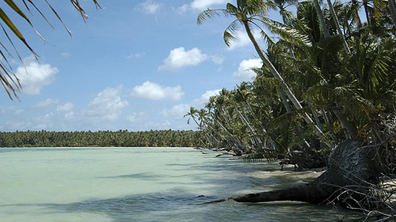 Феникс,Республика Кирибати Все острова, за исключением самого большого острова архипелага Кантон, на котором проживает 31 человек, необитаемы. После их открытия в 19 веке на островах какое-то время велась добыча гуано. Подобная деятельность лишь нанесла урон флоре и фауне, а рабочие сделали постоянными обитателями острова полинезийских крыс. В 2008 году острову был присвоен статус охраняемой заповедной зоны. Сейчас острова Феникс — крупнейший в мире морской заповедник площадью 410 500 кв. км. В 2010 году острова включили в Список всемирного наследия ЮНЕСКО.