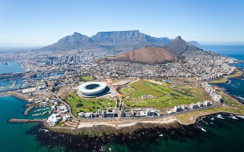 Из Франкфурта в Кейптаун Продолжительность перелета: 9391 км / 14 часов Кейптаун — один из самых популярных городов Южной Африки. Классический перелет из Франкфурта долог и даже без пересадок отнимет у путешественника целых 14 часов. Но захватывающий вид, который откроется вам при подлете к пункту назначения, с лихвой компенсирует все неудобства: Столовая гора, залив, набережная и даже самый настоящий африканский замок.