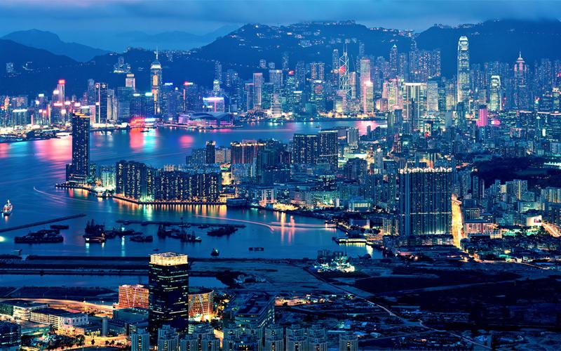 Из Дубая в Гонконг Продолжительность перелета: 5438 км / 7 часов  Главный финансовый хаб Азии, богатый и невероятно красивый Гонконг лучше всего рассматривать с высоты птичьего полета. Жилые высотки района Коулун выглядят вгрызающимися в небо клыками китайского дракона, свернувшегося вокруг живописного залива. Раздобыв себе место у иллюминатора, вы детально рассмотрите и другие красоты — к примеру, Пик Виктория и небоскребы даунтана.
