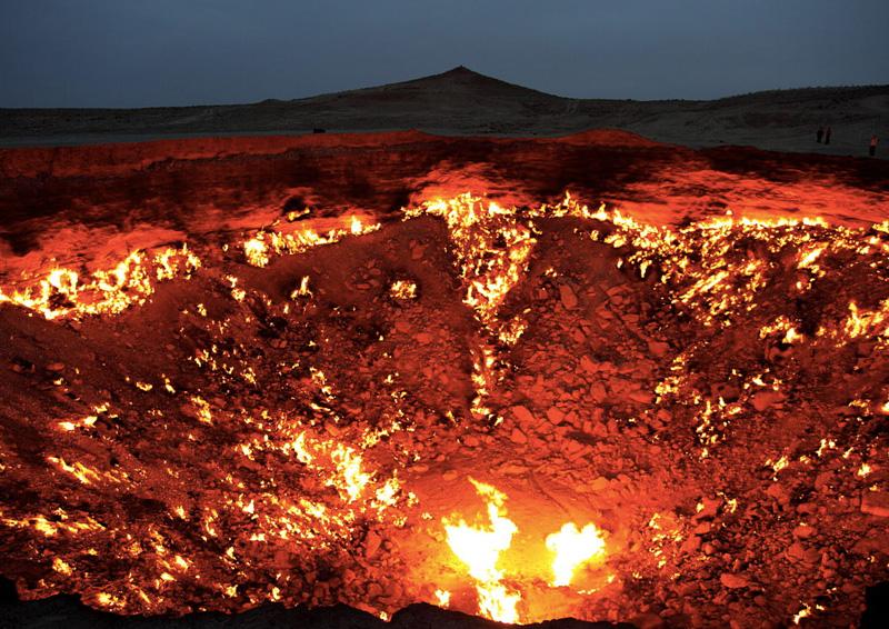 Дарваза, Туркменистан Чтобы вредные газы не выходили наружу, в 1971 году геологи подожгли наполненную газом пустоту, образовавшуюся в ходе разведки скопления подземного газа, полагая, что через пару дней огонь погаснет. Но пламя с тех пор так и не потухло, непрерывно горя днем и ночью. Местные жители и путешественники прозвали место «Дверью в преисподнюю».
