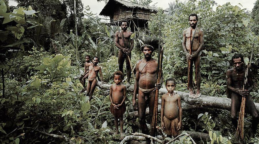Северный Сентинельский остров Индия Это родина сентинельцев, численность которых оценивается от 50 до 400 человек. Они отвергают все контакты со сторонними людьми, более того, аборигены уже несколько раз атаковали научные группы. Поэтому остров до сих пор остается практически полностью неизведанным.
