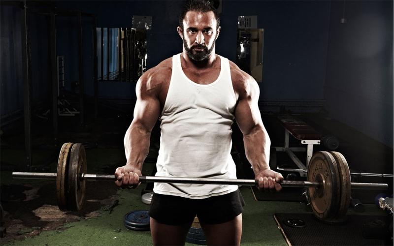 Тестостерон Хотите плохую новость? Тестостерон неуклонно падает в вашем организме, начиная с 30 лет. Это влияет как на вашу внешность, так и на поведение. А теперь новость хорошая: регулярные занятия с тяжелыми весами могут этот процесс косвенно замедлить. Происходит это из-за форсированного роста мышц и соответственного сжигания жировой прослойки — и то, и другое помогает организму поддерживать уровень тестостерона в норме.