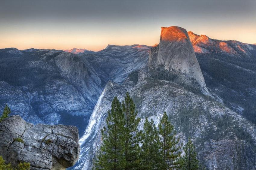 Хаф-Доум, США Скала возвышается на 1450 метров над долиной Йосемити. Состоит монолит из гранита. Хаф-Доум является одним из крупнейших по величине монолитов в Северной Америке, а его образ часто используется различными организациями в качестве логотипа. Вид Хаф-Доум также печатается на водительских правах, которые выдают в штате Калифорния.