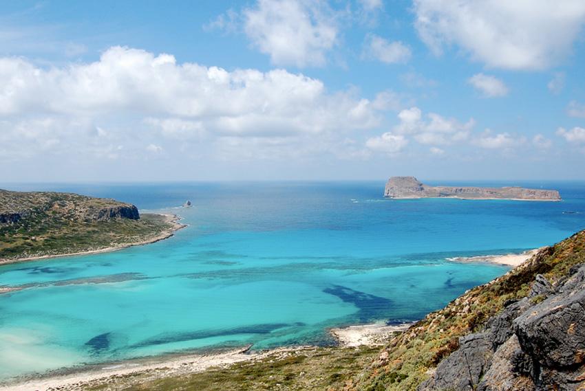 Балос, Греция Бухта между побережьем острова Крит и островом Грамвуса по большей части представляет собой отмель. Море здесь переливается множеством оттенков, а дно полностью песчанное.