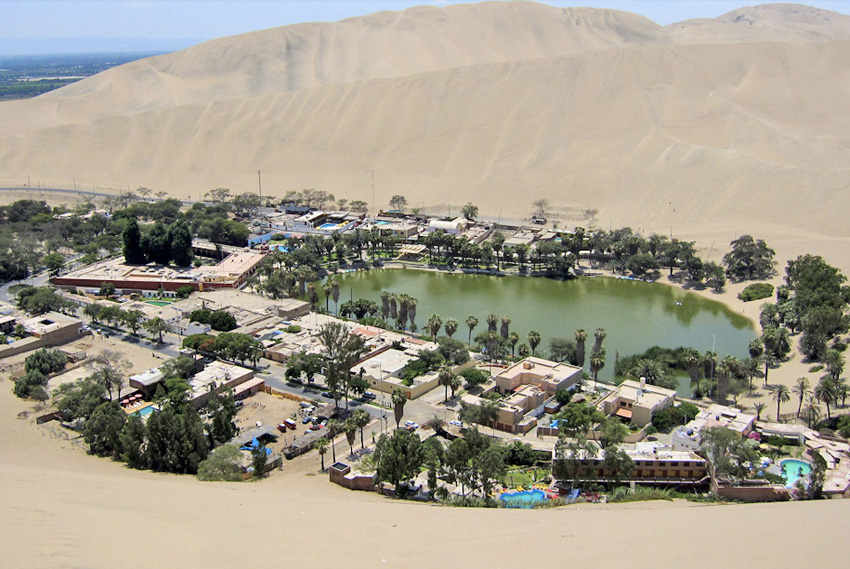 Уакачина, Перу В нескольких километрах от города Ика находится оазис, в котором живет 200 человек. Город возник вокруг небольшого, природного озера. Изображение оазиса можно увидеть на банкноте достоинством 50 новых солей.