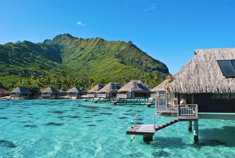 Муреа, Французская Полинезия Благодаря чистейшим голубым водам и окружающему пейзажу, Муреа является популярным местом отдыха среди туристов. В кристально чистых водах лагуны выложены вулканические каменные скульптуры, олицетворяющие жизнь мифического континента Му.