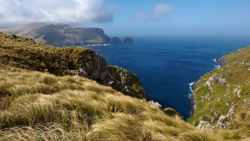 Окленд,Новая Зеландия Эта группа островов, расположенная к югу от Южного острова Новой Зеландии. Если здесь кто-то когда-то и жил, то происходило это где-то в 13-14 веке — именно таким возрастом археологи оценили находки с острова Эндерби, которые, по их мнению, принадлежали полинезийским поселениям. На данный момент острова не имеют постоянных жителей, а единственными посетителями территории являются научные экспедиции. На островах достаточно суровый климат, и температура держится в районе отметок + 5-7 ° C, лишь летом иногда поднимаясь до + 11-15 ° C. Но даже в таких условиях вполне можно выжить, что подтверждает опыт мореплавателей конца 19 начало 20 века, которые неоднократно терпели в данном районе кораблекрушение и в течение продолжительного периода обитали на островах архипелага.