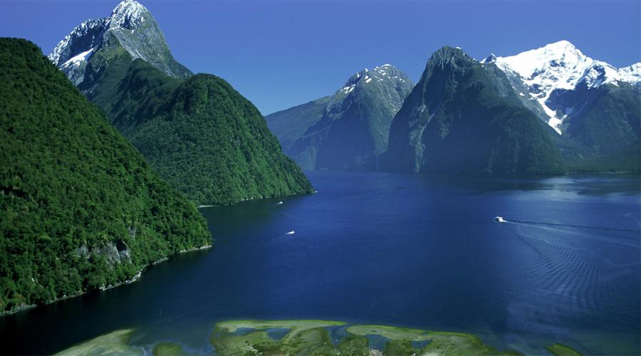 Фьордленд Новая Зеландия Национальный парк Фьордленд, крупнейший в Новой Зеландии, был сформирован ледниками. Подавляющая воображение пустыня является домом для уникального разнообразия животных. Здесь были найдены такахе, которые уже столетия считались вымершим видом не летающих птиц. Фьордленд —одна из самых диких территорий Южного полушария.