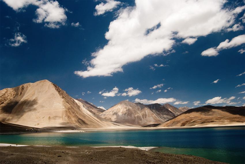 Бангонг-Цо, Индия/КНР Бессточное озеро в Гималаях, расположившееся на высоте 4350 метров над уровнем моря. Вода в озере солоноватая, поэтому в нем практически нет обитателей. Ученые предполагают, это озеро может быть остатками древнего океана, простиравшегося ранее на территории Тибета.