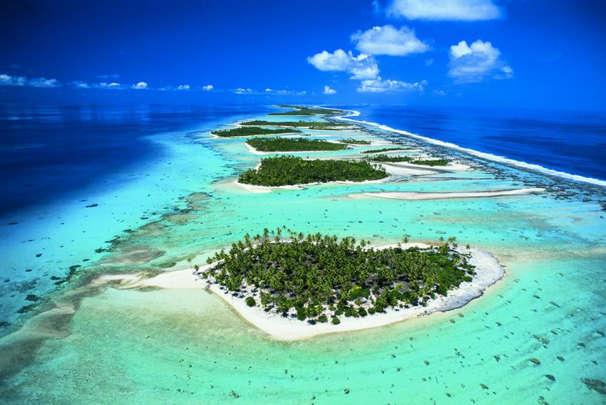 Рангироа, Французская Полинезия Рангироа считается крупнейшим атоллом архипелага Туамоту. Состоит он из 415 небольших островков, которые населяют около 2400 человек. Атолл известен как одно из лучших в мире мест для дайвинга.