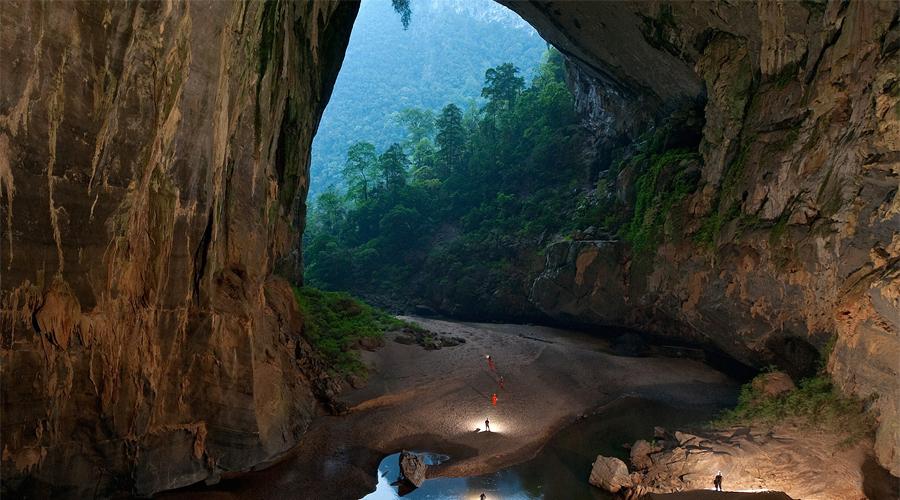 Пещера Шондонг Вьетнам Пещера расположена в Центральном Вьетнаме, в провинции Куангбинь. Шондонг находится на территории национального парка Фонгня-Кебанг, в 500 километрах к югу от Ханоя. Здесь спелеологи обнаружили залы, достигающие 200 метров в высоту и 150 метров в ширину, что позволило классифицировать Шондонг как самую большую пещеру в мире. Местами потолок пещеры обрушен. Через эти отверстия в пещеру проникает свет, благодаря чему в ней разрослись настоящие джунгли, в которых обитают обезьяны, птицы и насекомые.