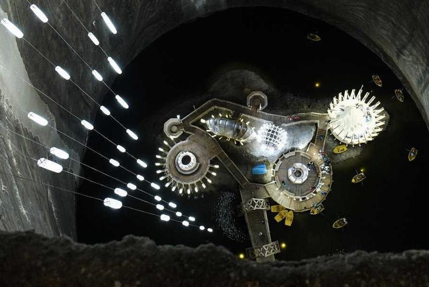 Салина Турда, Румыния Гигантскую соляную шахту трансформировали в туристический аттракцион. Заплатив всего около 5 евро можно спуститься на 100 метров под землю, подышать соленым воздухом и покататься на колесе обозрения.