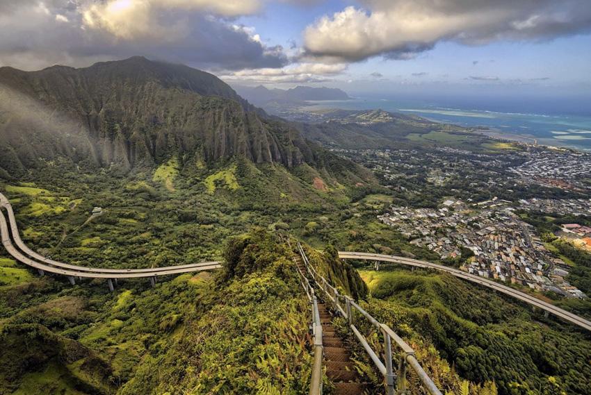 Лестница Хайку, Гавайи Пешеходный маршрут, состоящий из 3992 ступенек, которые поднимаются на высоту 850 метров над уровнем моря. С них открывается самый красивый вид на Оаху.