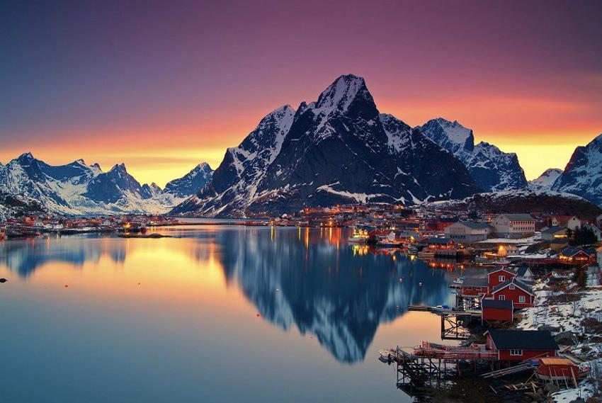 Лофотенские острова, Норвегия Это самый настоящий край света, находящийся за полярным кругом и севернее полюсов холода Верхоянска и Оймякона. При этом благодаря Гольфстриму на южным островах температура не опускается ниже нулевой отметки. Здесь можно попытать удачу в ловле рыбы, посмотреть на северное сияние и насладиться единением с природой.