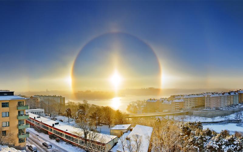 Гало Гало, хорошо различимое вокруг луны или солнца — верный признак скорого дождя. Этот эффект возникает за счет кристаллов льда в облаках, которые и преломляют свет.