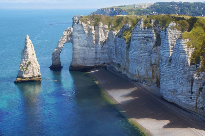 Этрета, Франция Скалы Этрета стали визитной карточкой одноименного городка. Их высота составляет от 80 до 120 метров. Природа выточила в них несколько уникальных арок. Из-за необычайной белизну меловой породы скалы видно далеко в море.