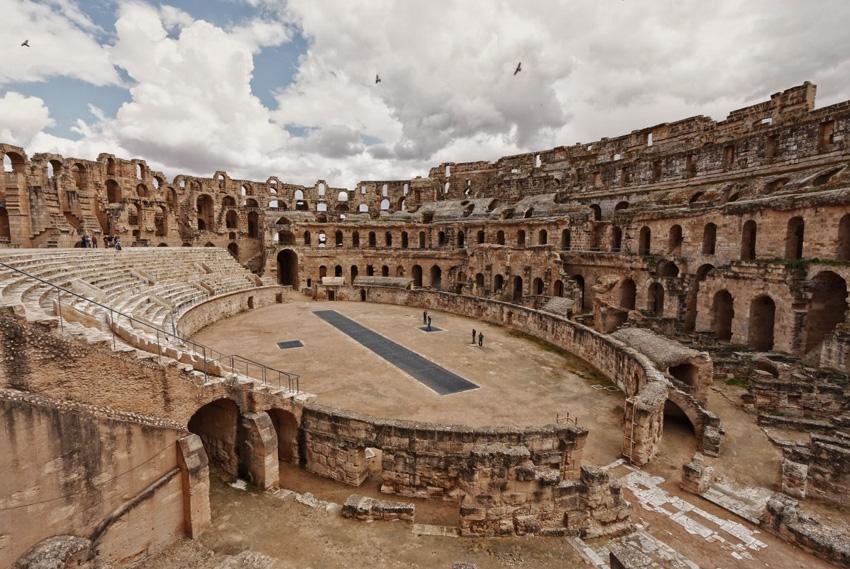 Эль-Джем, Тунис Этот амфитеатр легко можно спутать с колизеем в Риме. Но в отличие от последнего, здесь нет таких толп туристов. Амфитеатр способен вместить 30 тысяч зрителей и считается третьим по величине в Римской империи.