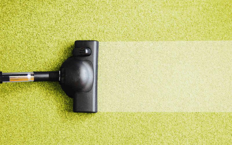 Пылесос Уровень угрозы: средний Подумайте сами: этой штукой вы убираете грязь с ковров и пола. Потенциально пылесос — культиватор самых неприятных бактерий. Его обязательно нужно хранить в отделенном от жилых комнат чулане, а чистить следует не только пылевой мешок, но и трубу и щетки.