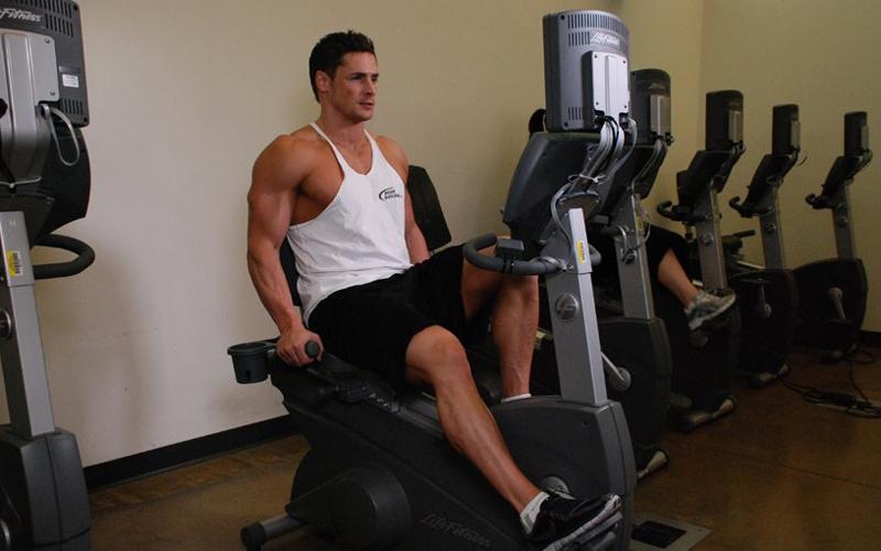Нужные упражнения Сердце, по-большому счету, довольно наплевательски относится к типу нагрузок, которыми вы истощаете организм. Бег и плавание постоянно упоминаются как лучшие типы кардиотренировок — не совсем обоснованно. Велотренажер и бассейн хороши, в первую очередь, тем, что позволяют поддерживать пульс на одном, нужном для правильного развития сердца уровне.