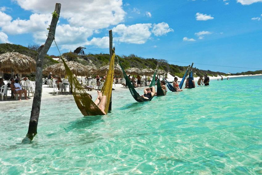 Жерикоакоара, Бразилия Долгие годы это была известная только местным рыбацкая деревушка, в которую-то электричество провели лишь 20 лет назад. Благодаря такой изолированности, все здесь сохранилось в первозданном виде, включая природу и одни из самых красивых в мире пляжей.