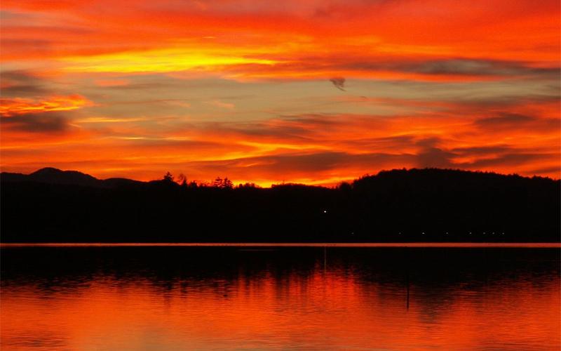 Цвет неба Red sky at night, sailor's delight. Red sky in the morning, sailors take warning — старая английская пословица, которую можно перевести так: «Красное небо ночью—морякам восторг, красное небо утром—морякам предупреждение». Поговорка несет практическую пользу. Появляется такое небо, когда система высокого давления движется с запада, а значит, следующий день не будет дождливым.