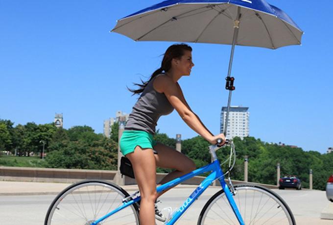 Зонтик Послушайте, кто едет кататься на велосипеде в дождь? Да еще и с зонтиком! Кроме того, девайс серьезно влияет на баланс и видимость. Упасть с ним в подходящую лужу — плевое дело.