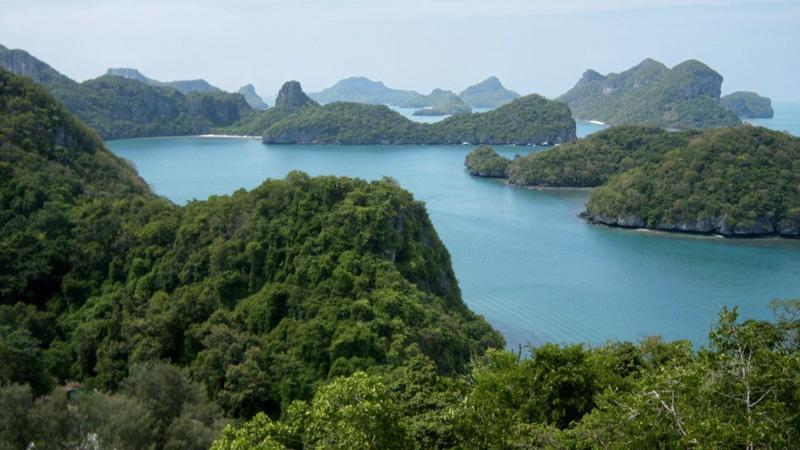 Анг Тхонг,Таиланд Практически нетронутую природу можно найти на архипелаге Анг Тхонг, что расположен примерно в 30 км. от острова Самуи. Нетронутой она была до тех пор, пока 40 островов архипелага не включили в состав национального парка Му Ко Анг Тхонг и не начали возить туристов. Но, несмотря на это, все острова, за исключением одного, остаются необитаемы. Население есть только на острове Ко Палуа. Живут там морские цыгане, которые зарабатывают себе на жизнь исключительно рыбалкой.