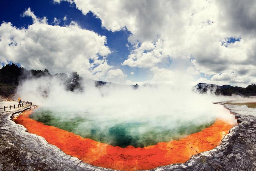 Уаи-О-Тапу, Новая Зеландия В этой области с высокой геотермальной активностью сосредоточено множество живописных горячих источников, включая гейзер Леди Нокс. Парк находится под охраной, но частично доступен для посещения туристов.