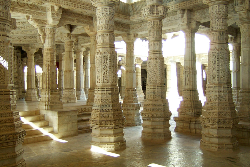 Ранакпур, Индия Джайнский храмовый комплекс поддерживает 1444 колонны, при этом них нет двух одинаковых. Храм полностью сделан из белого мрамора.