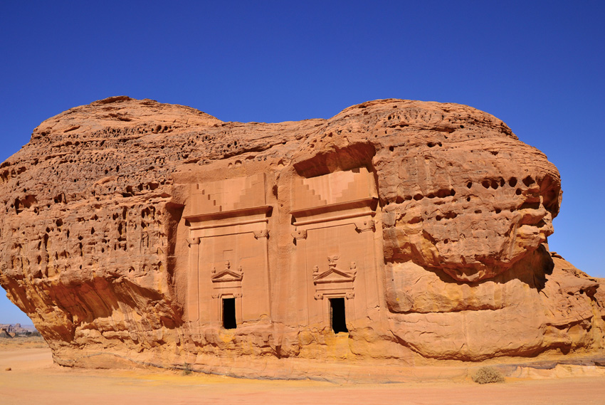 Мадаин Салих, Саудовская Аравия Комплекс археологических построек в Хиджазе является первым объектом на территории Саудовской Аравии, который был внесен в список Всемирного наследия ЮНЕСКО. Состоит он 111 скальных захоронений и системы гидротехнических сооружений, построенных около 20 веков назад.