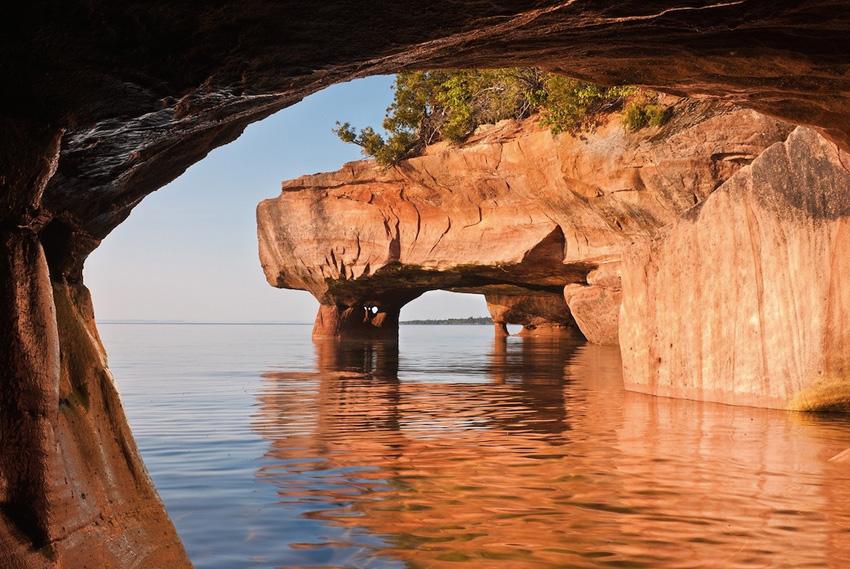 Апосл Айлендс Нешнел Лейкшор, США Это место легко может пробудить исследователя в каждом из нас. Оно включает 21 остров, главными достопримечательностями которых являются водопады, озера, пещеры и реликтовые леса.