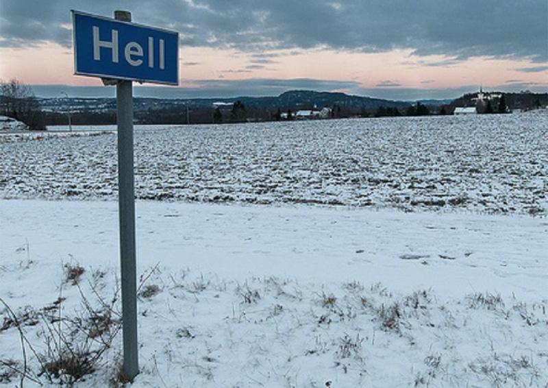 Ад, Норвегия Норвегия – холодная северная страна, однако, если взглянуть на карту, можно обнаружить, что ад расположен именно здесь. Волей судьбы или чьей то злой шутки городок с населением в 1500 человек получил название hell, что в переводе с английского означает «ад». В отличие от общепринятых представлений об аде, в этом запросто можно замерзнуть, если слишком легко одеться.