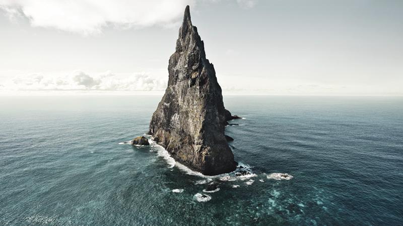 Пирамида Болла,Австралия Остров находится примерно в 20 километрах к юго-востоку от острова Лорд-Хау. Каменный шпиль высотой 562 метра является остатком древнего вулкана, который сформировался около 7 миллионов лет назад. Пирамида Болла считается одним из самых изолированных каменных островов мира. С 1965 года остров облюбовали альпинисты. Покорение вершины продолжалось вплоть до 1982 года, пока австралийские власти не запретили альпинистам посещать остров. В 1986 году остров и вовсе закрыли для посещений, и чтобы высадиться на скалу, нужно специальное разрешение.