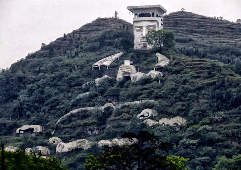 Фенг Ду, уезд Фэнду, Китай В Фэнду расположен город призраков. Он полон святынь и храмов и считается местом, где живет дьявол. Рядом с городом находится гора Мин Шань, являющаяся домом Короля мертвых Тяньцзы.
