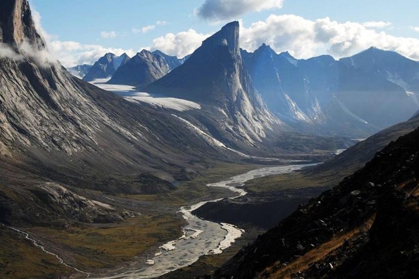 Пик Тор, Канада Этот гранитный пик признан самым высоким вертикальным склоном в мире. Расположен он в Национальном парке Ауйюиттук на острове Баффин. Высота пика составляет 1250 метров, а уклон стены — 105 градусов.