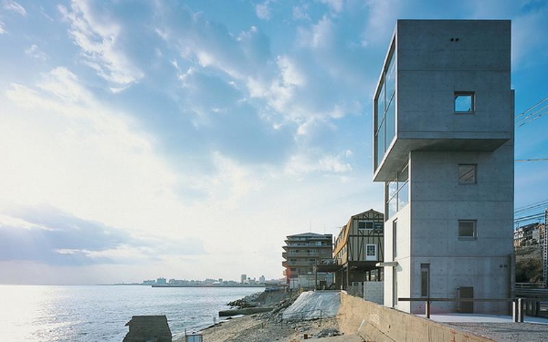 4Х4 Знаменитый Тадао Андо спроектировал дом в виде четырехэтажной башни. Это обусловлено и обычной для Японии нехваткой жилых пространств, и самой идеей архитектора: 4Х4 должен стать прототипом целого поселка, возведенного на месте смытого цунами городка.