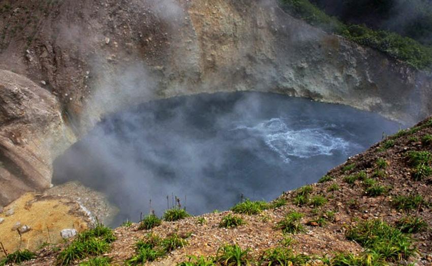 Кипящее озеро, Доминика Это озеро вполне бы могло стать термальным курортом, если бы не одно но: температура воды в водоеме колеблется от 82 до 91.5 °C. В озере не то что не рекомендуется купаться, а даже подходить к нему близко запрещено. Из-за струй горячего воздуха и лавы, периодически вырывающихся из недр, можно просто-напросто свариться заживо.
