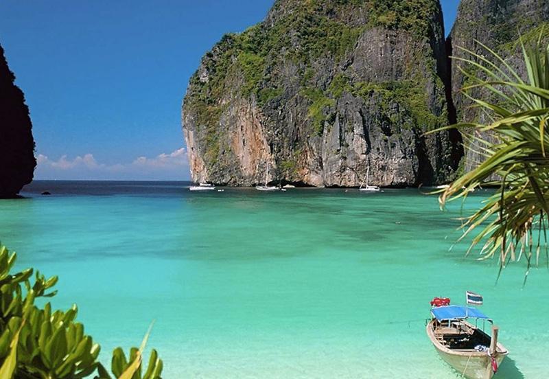Пхи-Пхи, Таиланд Здесь не устраивают ни катаний на слонах, ни эротических шоу. Вместо этого отдыхающим предлагают необычные ландшафты, первозданную природу и отсутствие толп туристов на пляжах, причем можно найти как уединенные места без всякой инфраструктуры, так и тусовочные пляжи с множеством баров. Исследовать прибрежные воды острова можно на каяке, вечером лучше всего отправиться в один из баров, где каждый вечер проходят огненные шоу.