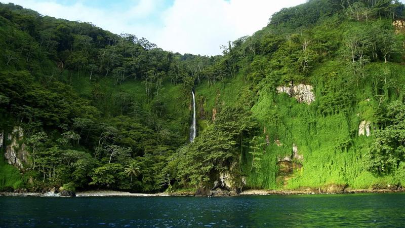 Кокосовый остров,Коста-Рика Вулканический остров в Тихом океане — самая отдаленная и изолированная провинция Коста-Рики. Находится он в 523 км. от ее западного побережья. Это кусочек дикой природы площадью 24 кв.км, на котором снимались некоторые сцены «Парка Юрского периода», а пираты прятали здесь свои сокровища. В целях сохранения биологического разнообразия и уникальной природы остров сделали заповедником. Хотя остров считается необитаемым, несколько жителей здесь все-таки есть. Постоянно на острове проживают рейнджеры, которые следят за парком и выдают туристам разрешение сойти на берег.