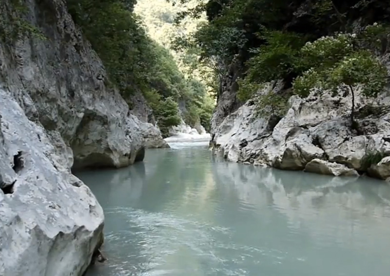 Река Ахерон, Греция Согласно древнегреческой мифологии, Ахерон —это река, через которую возит души перевозчик Харон. Но река эта существует не только в мифах, но и в реальном мире. Река протекает в эпирской области Феспротии, проходя через гористую местность Какозули, мрачное ущелье протяженностью 5 км, равнину Эпира и исчезая в озере-болоте Acherusia palus. В «Божественной комедии» Данте река Ахерон опоясывает первый круг Ада. Стоит ли говорить, что многие стараются не переплывать здесь с одного берега на другой.