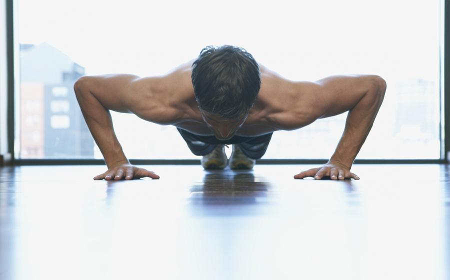 Интервальные тренировки Пользу интервального тренинга открыли еще в 1960-х годах прошлого века. Они позволяют трудиться на максимуме сил и неплохо экономить время. Кроме того, усталость после таких занятий гораздо ниже, чем после обычных тренировок: искусственно подстегнутый сердечный ритм перегоняет насыщенную кислородом кровь с высокой скоростью, спортсмен чувствует себя сильнее, умнее и выносливее.
