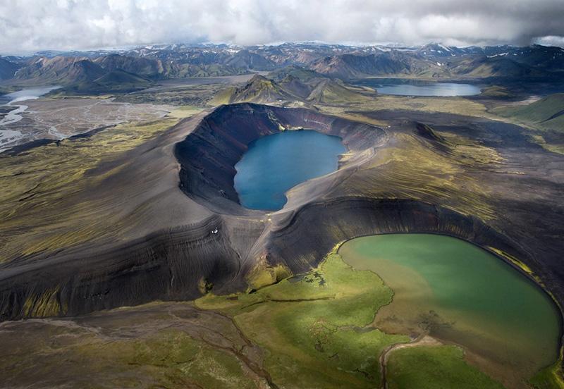 Исландия Исландию обычно выбирают либо настоящие искатели приключений, либо романтики. Но и тех, и других здесь не так уж и много, так что никто не нарушит ваш отпуск в одиночестве. Природное разнообразие островного государства открывает массу возможностей для самых разных форм активного отдыха. Сафари на джипах, рафтинг, каякинг, дайвинг, рыбалка — здесь каждый найдет развлечение по душе. Получив свою порцию адреналина, можно отправляться слушать трели птиц, разглядывать тупиков или просто остаться «отмокать» в термальных водах спа-курорта «Голубая Лагуна».