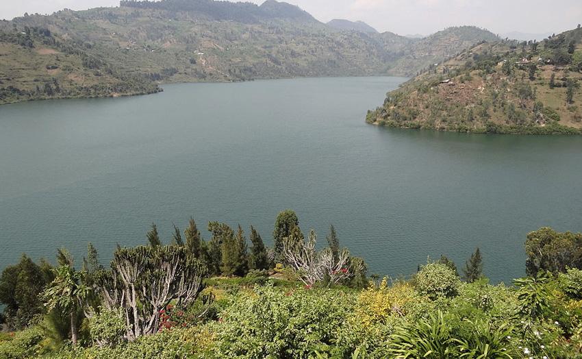 Киву, Африка Ровная, голубая гладь водоема на самом деле обманчива. Озеро представляет собой настоящую бомбу замедленного действия: под толщей воды скрыто более 250 км³ углекислого газа и около 65 км³ метана. Озеро находится в рифтовой долине, которая постепенно растет, вызывая вулканическую активность, которая в свою очередь может привести к взрыву. Последнее извержение вулкана в округе привело к тому, что вода в водоеме закипела и рыба сварилась заживо.