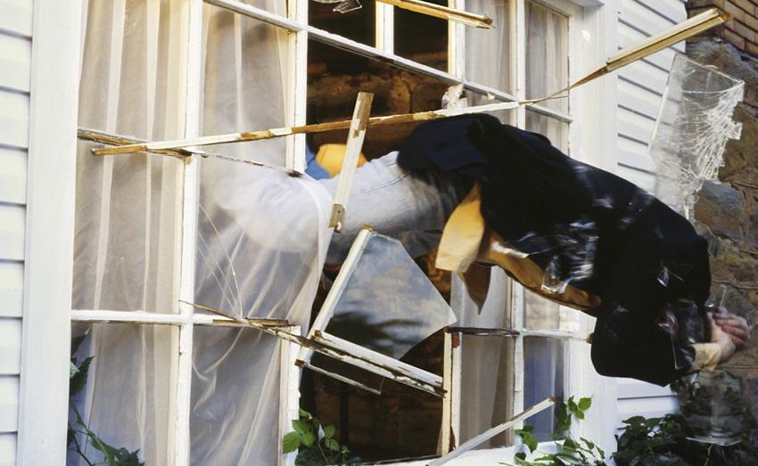 Побег через окно Когда из помещения не представляется возможными выйти через дверь, киногерои выбираются из него через окно. Если за ними в этот момент еще и кто-то гонится, стекло разбивается не каким-нибудь предметом, а собственным телом. Конечно же, все это без порезов и ссадин. Проделать такой трюк без последствий им удается потому, что окно в фильмах сделано не из обычного, а из сахарного стекла, от которого осколки разлетаются эффектно, но не наносят никакого вреда. Реши вы выйти подобным способом через стандартное окно — без последствий не обойдется.