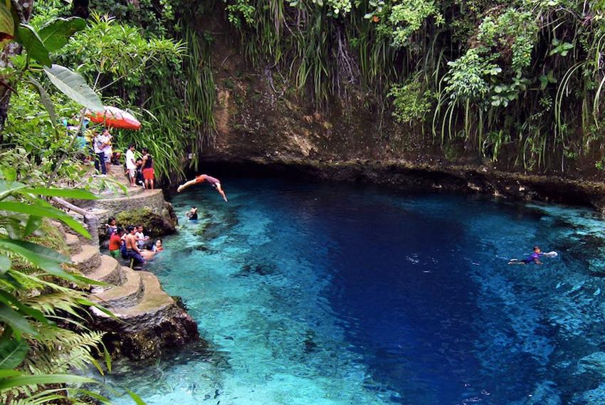 Зачарованная Река, Филиппины На острове Минданао, недалеко от поселка Хинатуан, расположена Зачарованная река. Вода в ней невероятно прозрачная. Она окрашена в насыщенные оттенки бирюзового и голубого цветов.Сюрреалистичности пейзажу добавляют косяки рыб, словно парящие в невесомости.